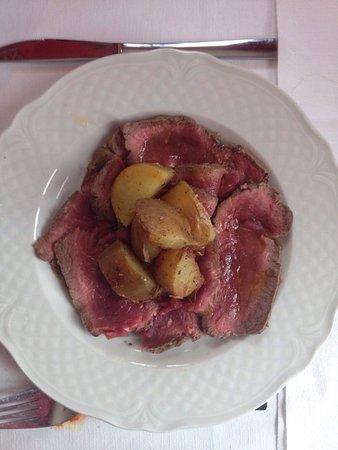Lesignano de' Bagni, Italie : Roast beef con patate arrosto