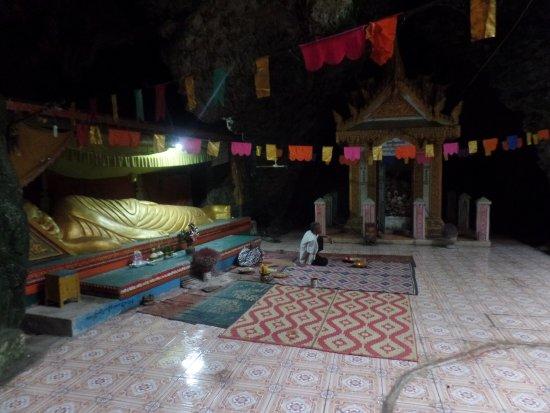 Battambang, Cambodia: grote liggende budha