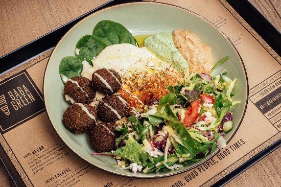 Baba Green: Hausgemachter Falafel Teller mit Hummus, Salat und Saucen