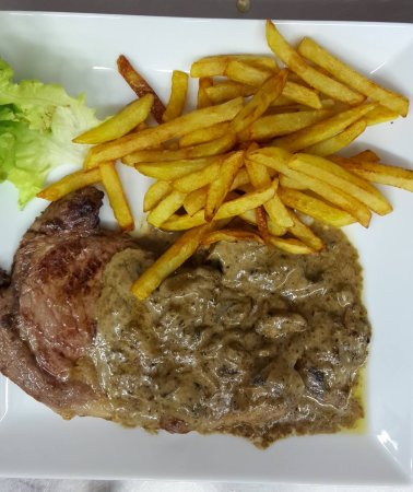 La Chaise-Dieu, France: steak frites sauce champignons