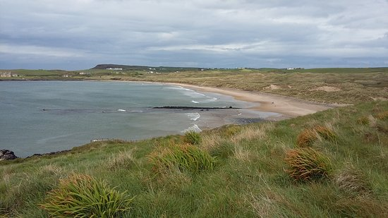 Portballintrae, UK: View along Bushfoot strand from the Earthworks