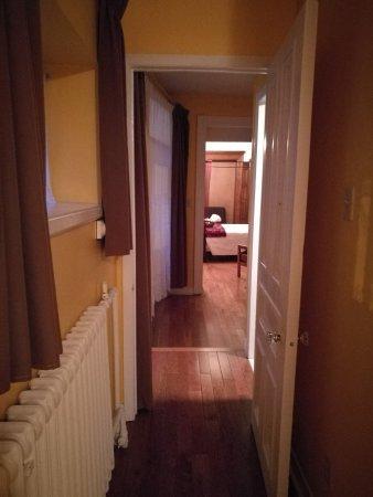 Chateau de l'Argoat: couloir entre les 2 chambres de la suite