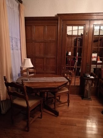 Chateau de l'Argoat: petit espace table dans la suite