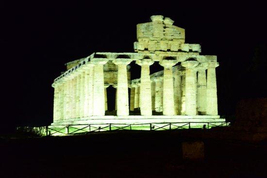 Templi Greci di Paestum: splendente sotto i riflettori