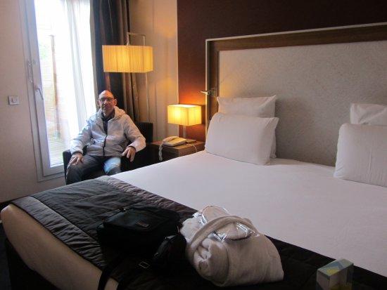 Hotel Mercure Bordeaux Centre Gare Saint Jean : gran cama con albornoces y zapatillas