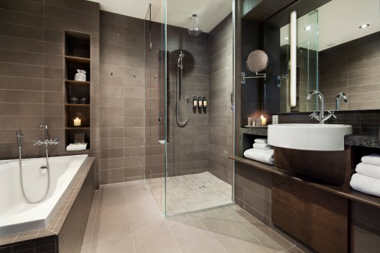 Hotel 71: Some bathrooms have Italian showers and baths