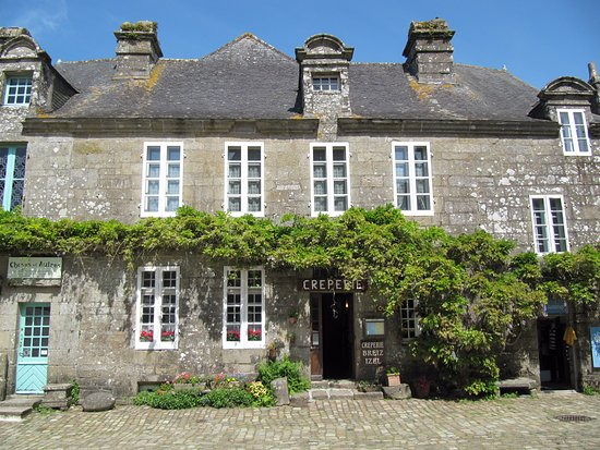 Locronan, France: Vue de la crêperie, depuis la place