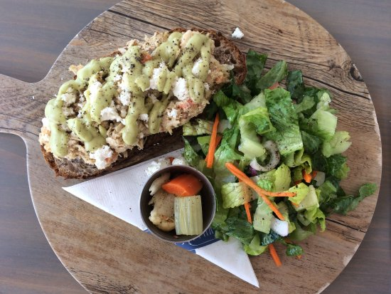 Flatts Village, Bermudy: shredded chicken and goat cheese open faced sandwich: awesome!