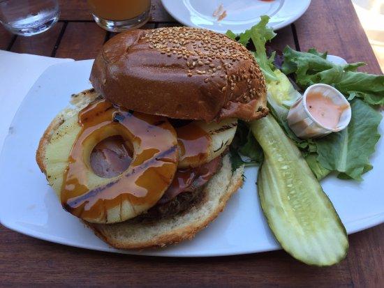 Barney's Gourmet Hamburgers: Maui Waui burger