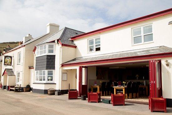 The Cricket Inn: Exterior with Restaurant Doors Open