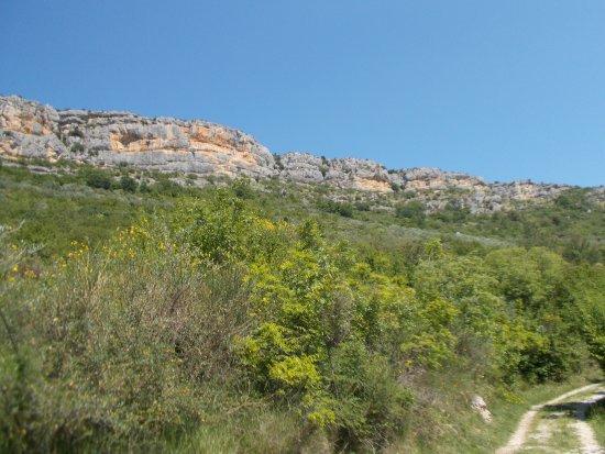 Skradin, Croácia: Steep cliffs around river valley