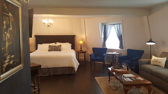The Mill Inn: You can't see it in this picture but this room did also have a kitchenette