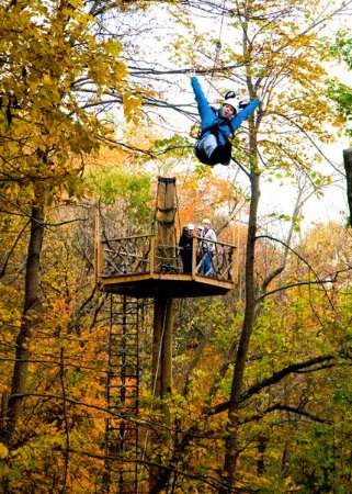 Harpers Ferry, Virginia Occidental: Fall shot flying on the zipline