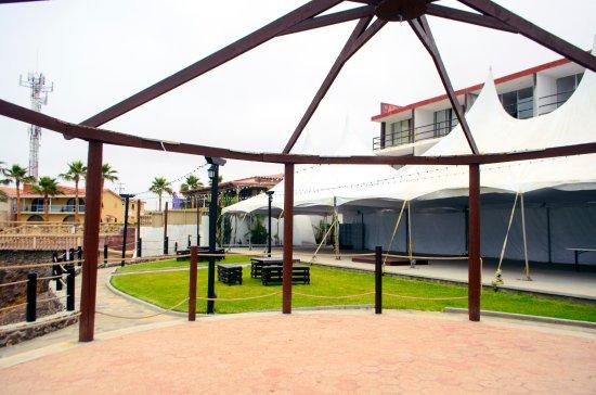 هوتل كاستيلوس ديل مار: Jardín y área de eventos ubicado  frente a las habitaciones de la segunda torre.