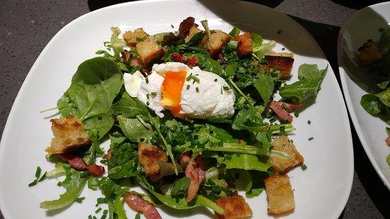 Salade lyonnaise salade aux lardons et uf poch - La cuisine cooking classes ...