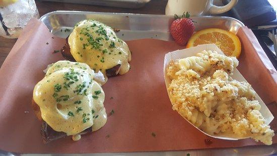 Branford, Κονέκτικατ: BBQ Eggs Benedict and 3 Cheese Mac & Cheese