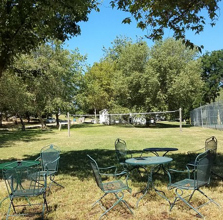 Isleton, CA: Volley ball net and some chairs to relax in