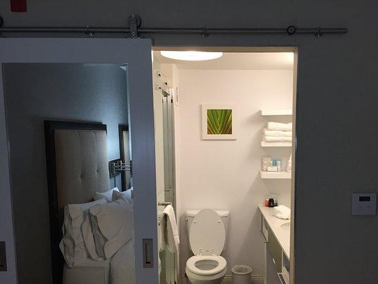 West Covina, Califórnia: Sliding door to bathroom.