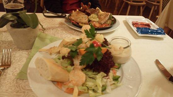 Frasdorf, Tyskland: Блюда - сковородка из 3-х видов мяса и шашлычки из креветок