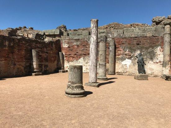 Teatro Romano de Mérida: Unearthed columns