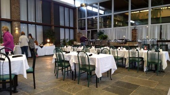 Altoona, PA: Atrium Tropical Coutyard