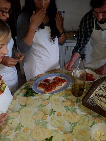 Tuscan Cooking Class : Preparing the fresh bruschetta.