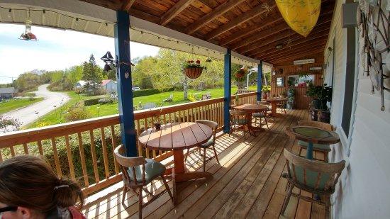 Meldrum Bay, Canada: Wrap-around porch
