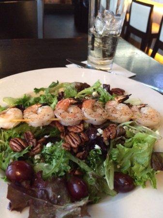 Chelmsford, Μασαχουσέτη: Artisan spring salad with grilled shrimp