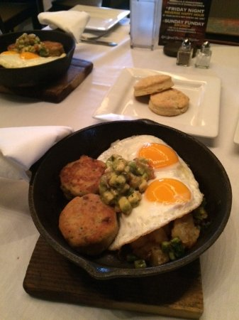 Chelmsford, Μασαχουσέτη: Skillet brunch entree with biscuits