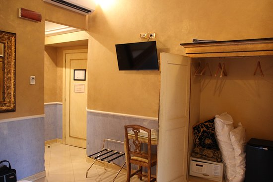 Hotel Romanico Palace: Note the safe and fridge in the wardrobe