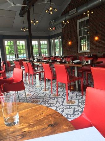 Dunwoody, GA: Airy open door dining room