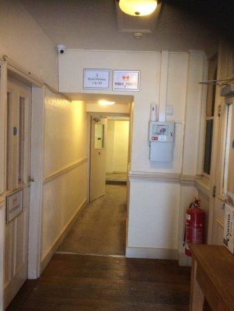 Crosskeys, UK: Grubby bed and breakfast entrance