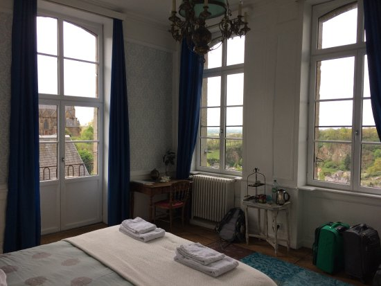 Фужер, Франция: Bright, spacious room with view over Chateau de Fougeres