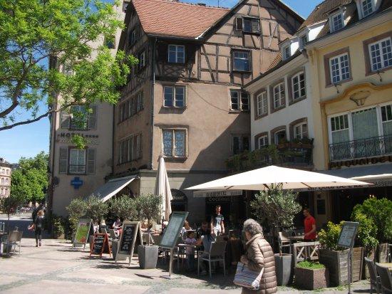 Hotel Beaucour: Calçada da entrada do hotel