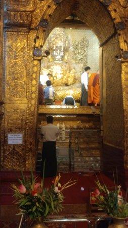Mahamuni Pagoda: the pagoda Buddha platform