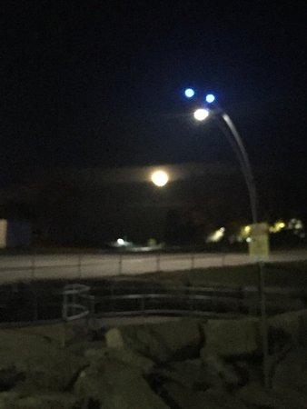 Burlington, Kanada: Full moon and the nice breeze. Beautiful Butlington at night.