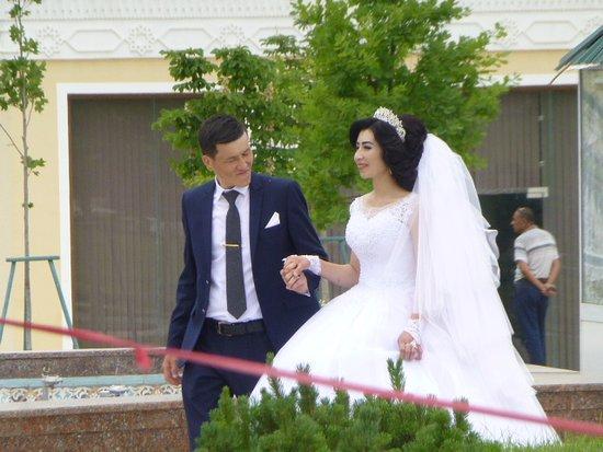 Shakhrisabz, Uzbekistan: Circling the statue
