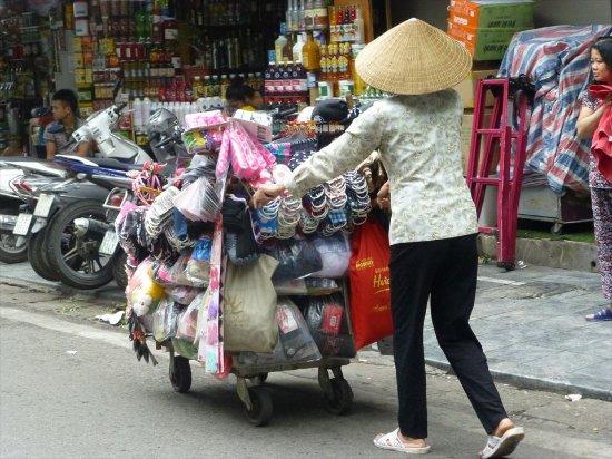 路上での物売りの女性たち - ハ...