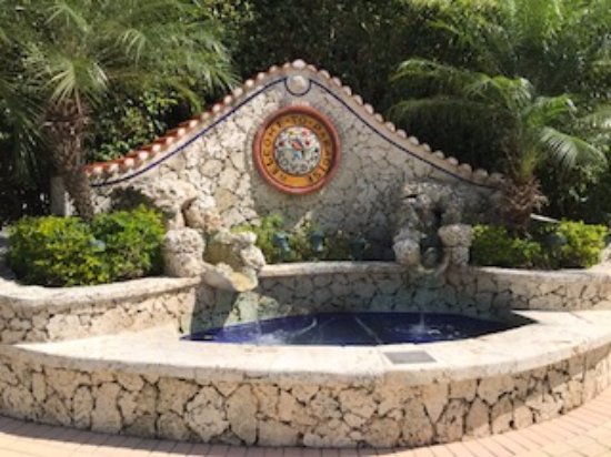 Boyd's Key West Campground: Fountain at the entrance of the campground.