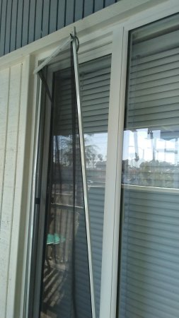 Shores Inn & Suites : did someone try breaking in while we slept?