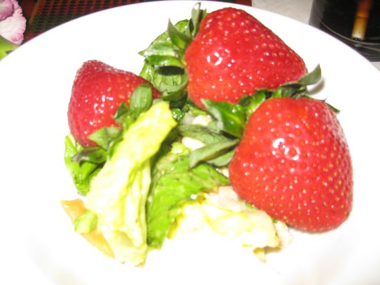 Boma - Flavors of Africa: Fresh strawberries and salad