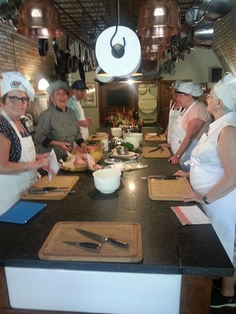 Poppi, Italy: Chef Paola 2nd from left with the cook trainees
