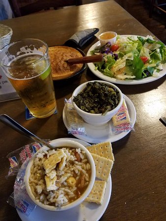 Lake Jackson, تكساس: Seafood Gumbo, Mustard Greens, Salad, Cornbread, and Beer
