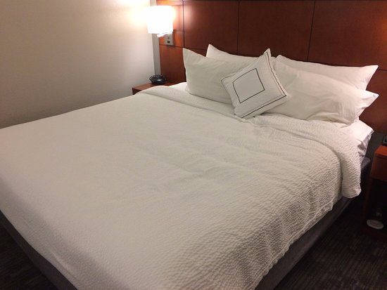 Courtyard Dulles Town Center: Bed. Extremely comfortable.