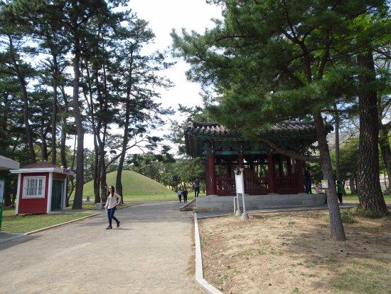 Gyeongju, South Korea: Entrada al sitio de la tumba del rey Taejong Muyeol