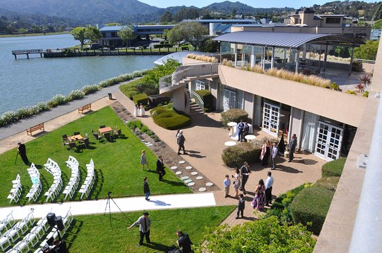 Acqua Hotel Mill Valley: Wedding being held on grounds with Richardson Bay at high tide