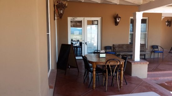 Sonoita, Αριζόνα: This is the outdoor seating area. There is one more table to the right.