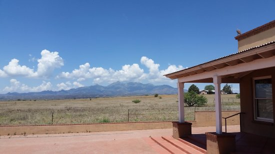 Sonoita, Αριζόνα: This is the view to the west from the outdoor seating where the sun goes down.