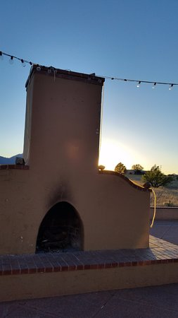 Sonoita, Αριζόνα: The west side of the courtyard has this fireplace and the light strings.