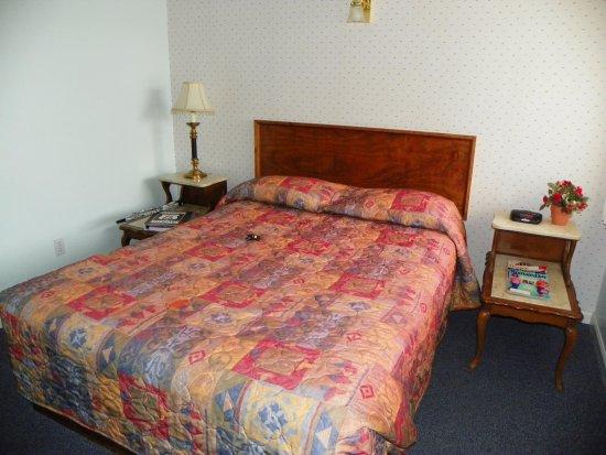 Aztec Motel & Gift Shop: Bedroom